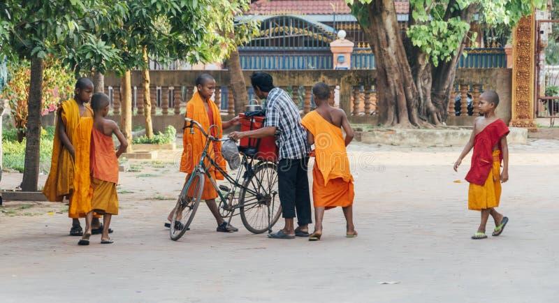 Piccolo monaci che si riuniscono intorno ad un gelataio immagine stock