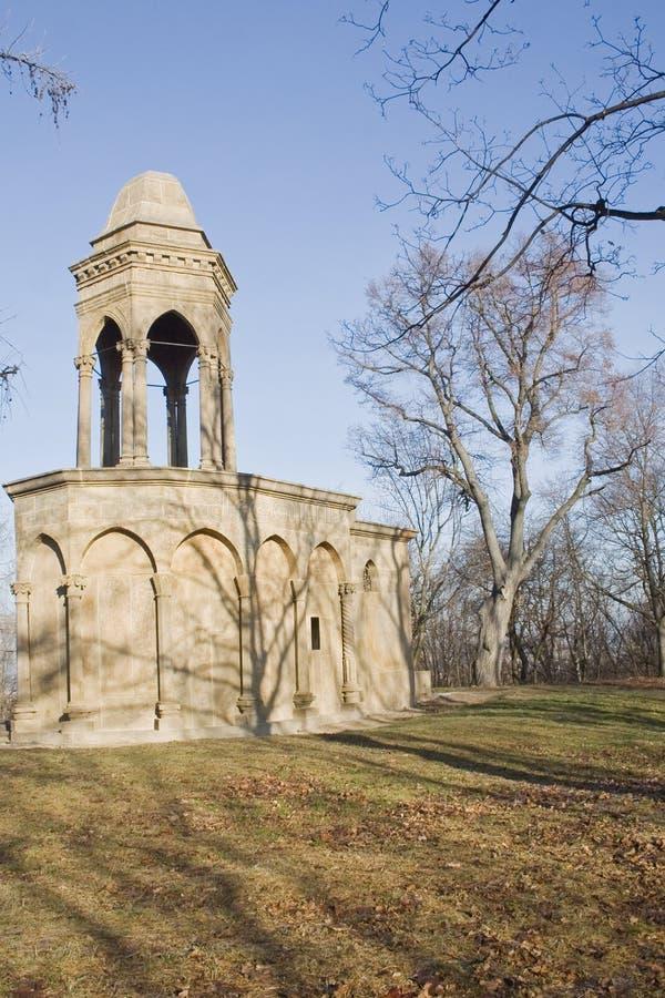 Piccolo monumento del cemento con la torre fotografia stock