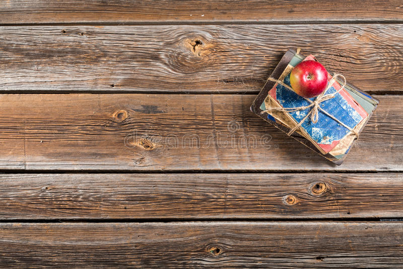 Piccolo mucchio dei libri e della mela sullo scrittorio della scuola fotografia stock libera da diritti