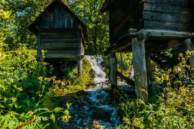 Piccolo mulino a acqua di legno immagini stock libere da diritti