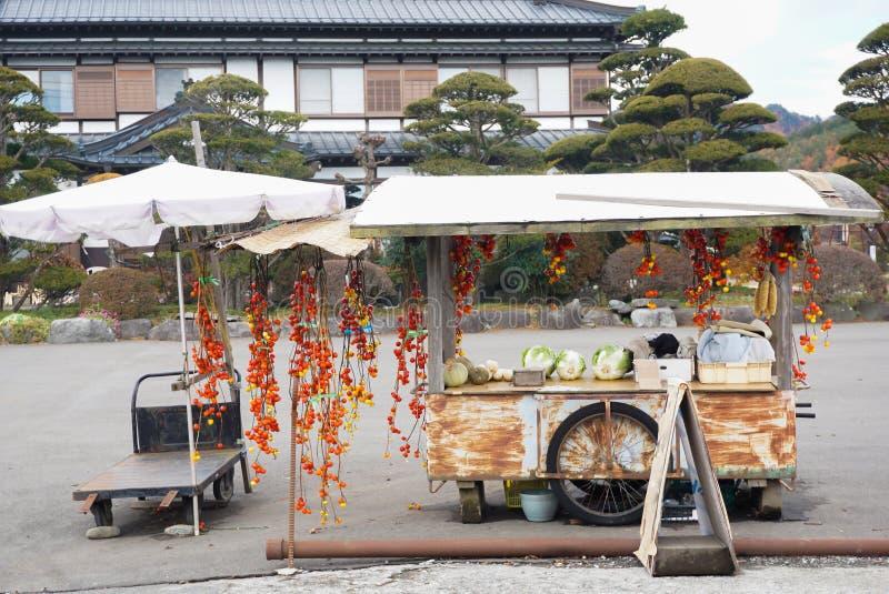 Piccolo negozio della stalla di frutta e della verdura dal campo fuori citt? immagini stock libere da diritti