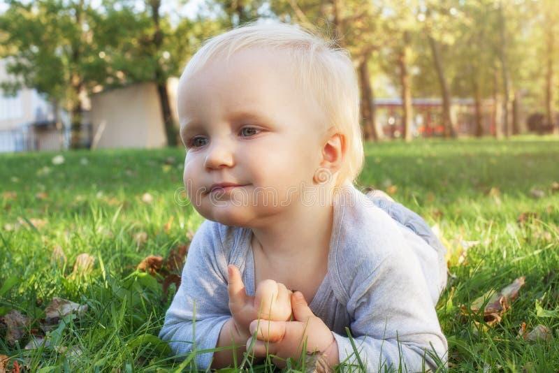 Piccolo neonato all'aperto, bambino del ritratto 1,5 anni fotografia stock