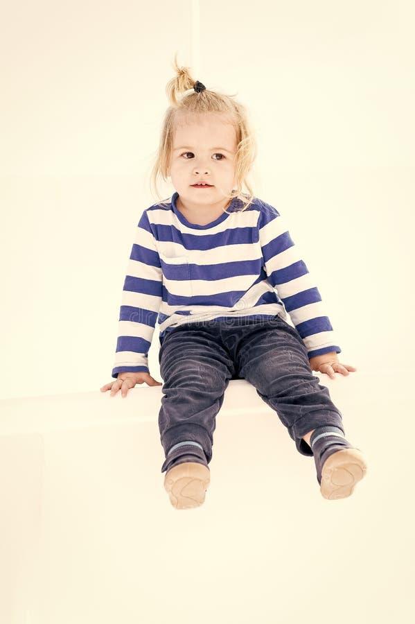 Piccolo neonato con il fronte adorabile isolato su fondo bianco immagini stock libere da diritti