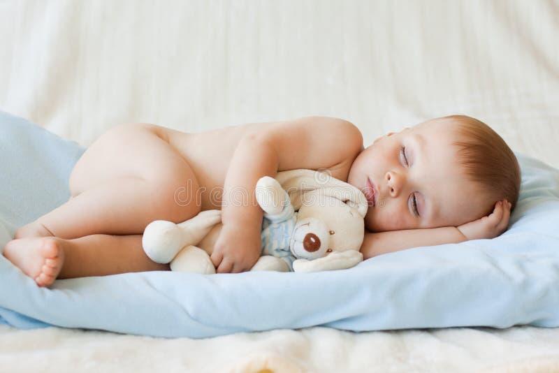 Piccolo neonato ed il suo giocattolo dell'orsacchiotto immagine stock libera da diritti