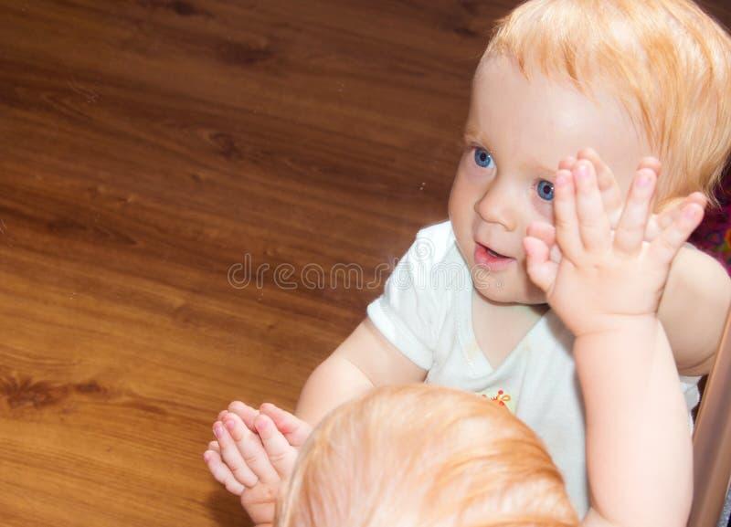 Piccolo neonato nella riflessione di specchio immagine stock