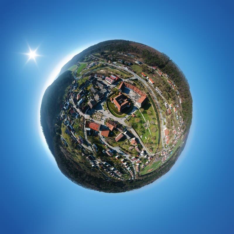 piccolo panorama del pianeta di bello castello dell'acqua a Glatt Germania immagini stock