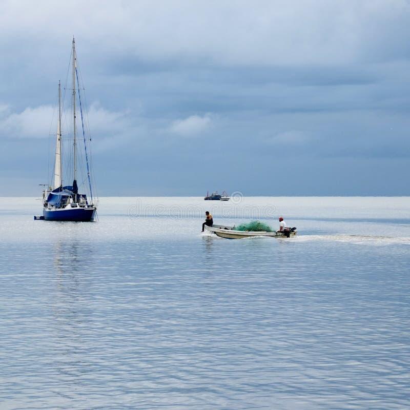 Piccolo peschereccio. immagine stock
