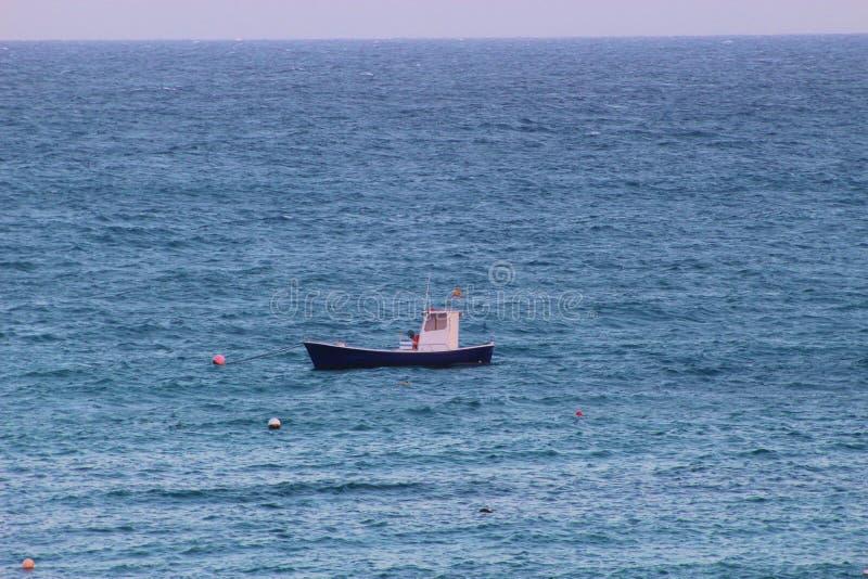 Piccolo peschereccio in mezzo al mare aperto immagini stock