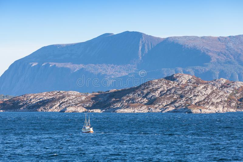 Piccolo peschereccio in Norvegia immagine stock