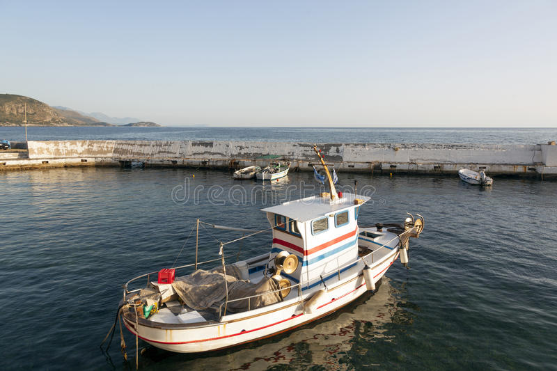 Piccolo peschereccio in porto degli aggi Nicolaos su peloponn greco fotografia stock