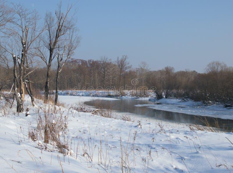 Piccolo piccolo fiume nell'inverno fotografie stock