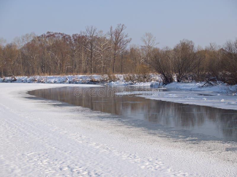 Piccolo piccolo fiume nell'inverno immagini stock