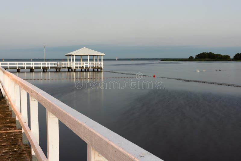 piccolo pilastro bianco su un bello lago fotografia stock libera da diritti
