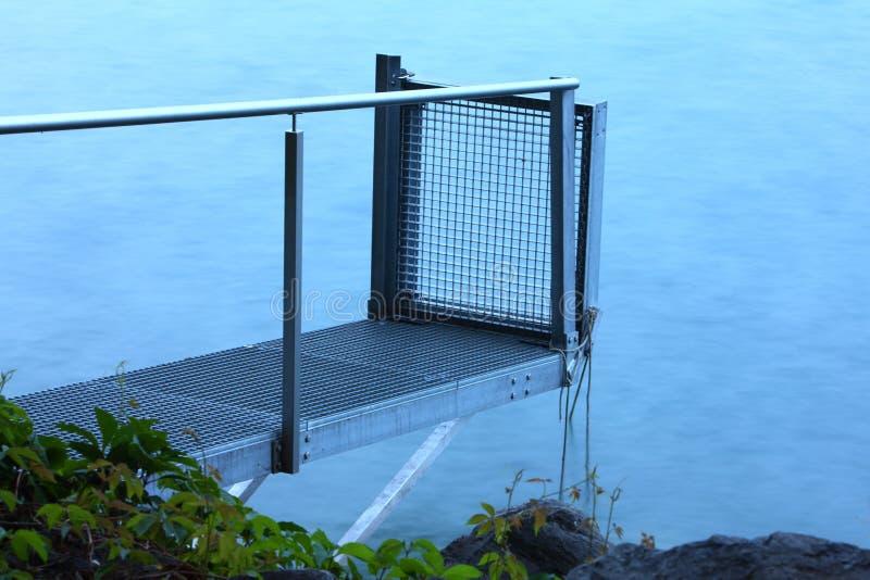 Piccolo pilastro nella riva del lago di Lucerna fotografia stock libera da diritti