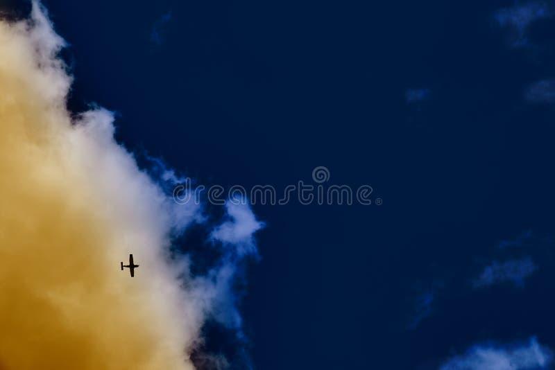 Piccolo planie volante nel cielo blu di navi immagine stock