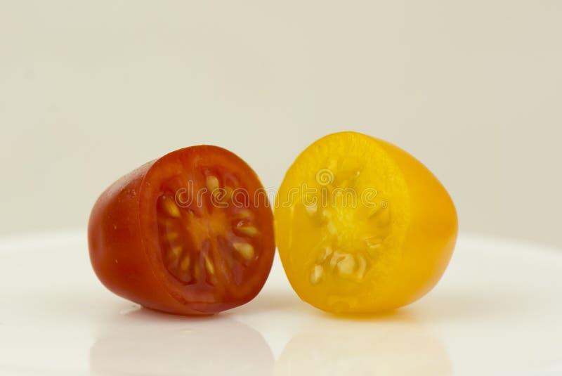 Piccolo pomodoro rosso e giallo fotografia stock