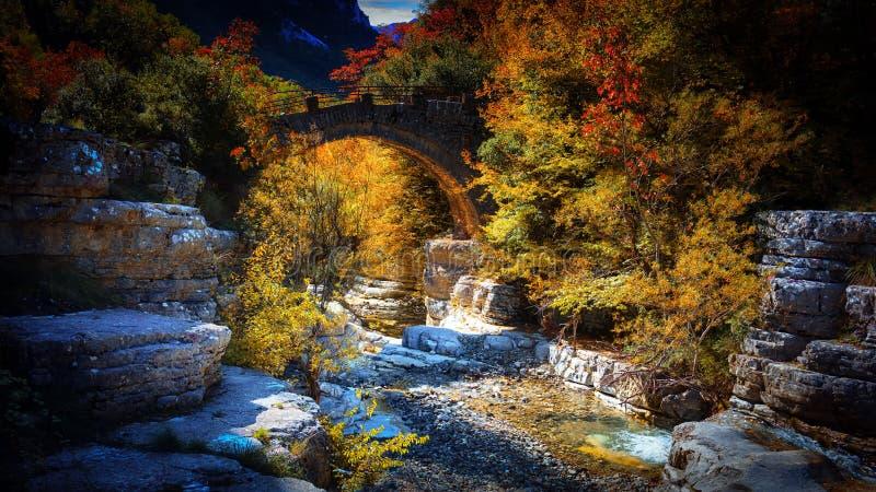 Piccolo ponte di pietra immagini stock