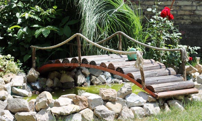 Piccolo ponte nel giardino fotografie stock libere da diritti