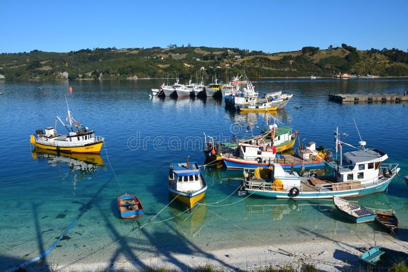 Piccolo porto di Dalcahue sull'isola di Chiloe, Cile fotografia stock libera da diritti
