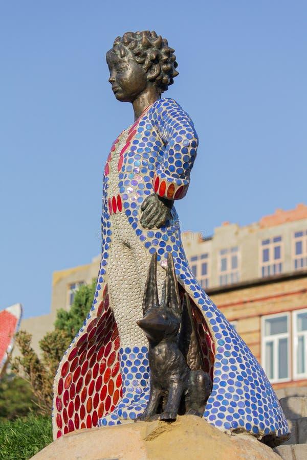 Piccolo principe e la sua scultura della volpe al parco dei bambini kiev immagine stock libera da diritti