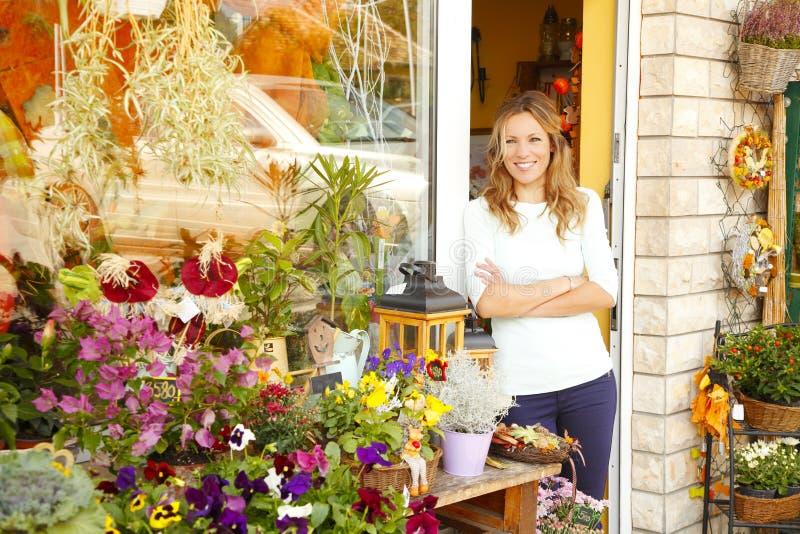 Piccolo proprietario di negozio del fiore fotografia stock libera da diritti
