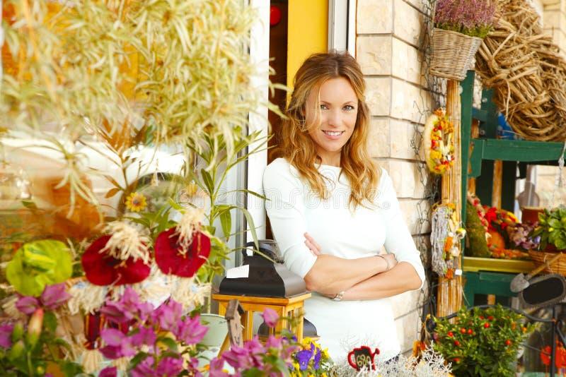 Piccolo proprietario di negozio del fiore fotografie stock