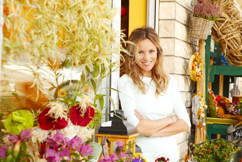 Piccolo proprietario di negozio del fiore immagine stock libera da diritti