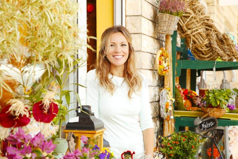 Piccolo proprietario di negozio del fiore fotografie stock libere da diritti