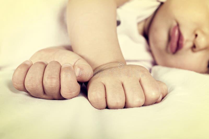 Piccolo pugno del bambino fotografia stock libera da diritti