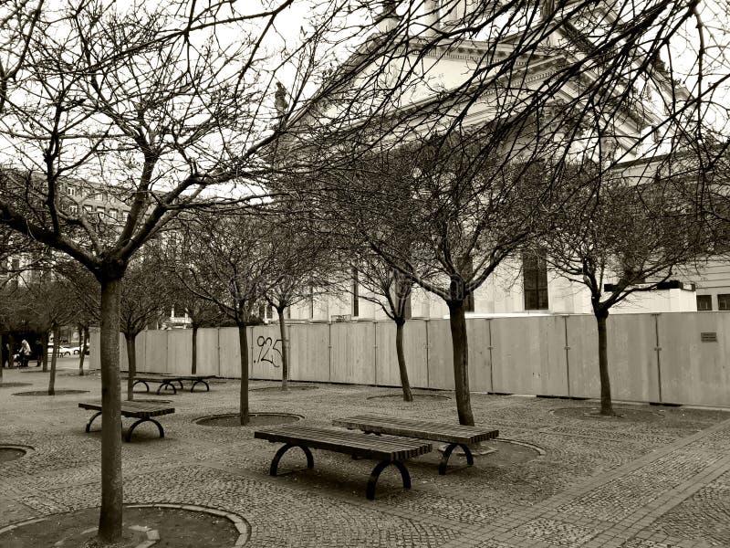 Piccolo quadrato accanto alla chiesa francese a Berlino fotografia stock