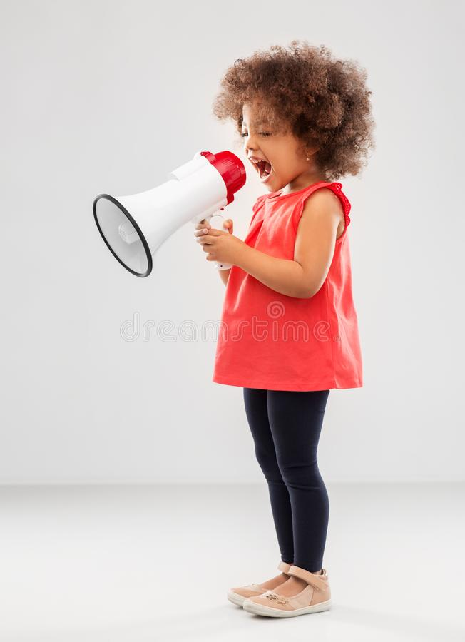 Piccolo ragazza afroamericana che grida al megafono fotografia stock