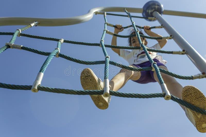 Piccolo ragazza della scuola del principiante che gioca al campo da giuoco immagini stock