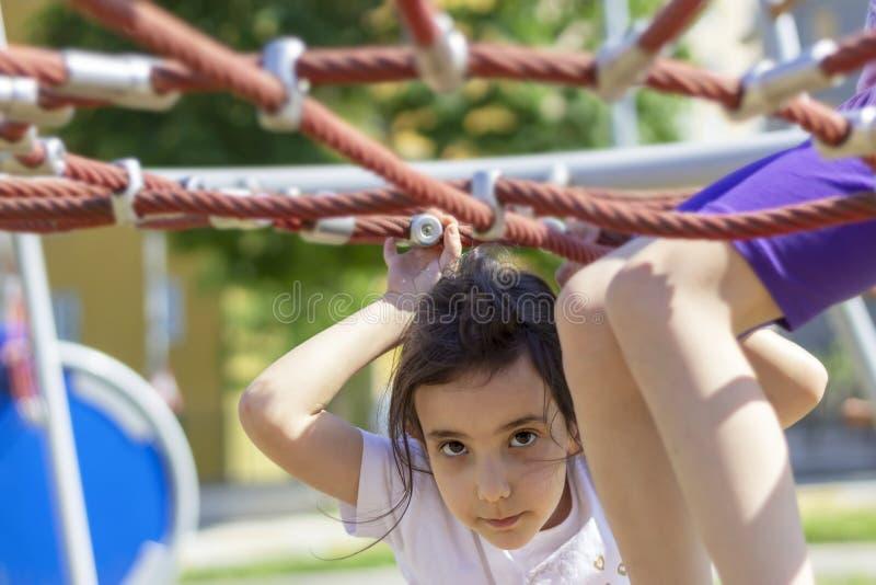Piccolo ragazza della scuola del principiante che gioca al campo da giuoco fotografie stock libere da diritti