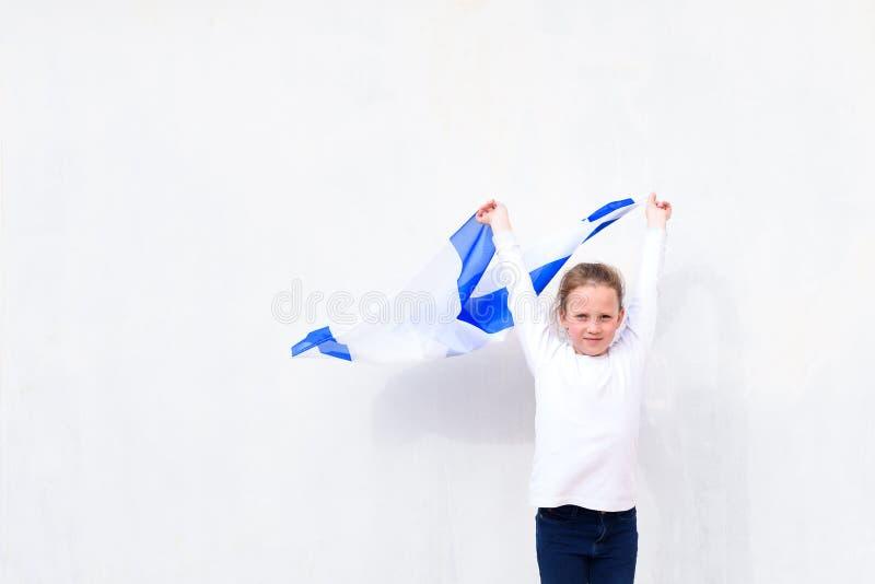 Piccolo ragazza ebrea del patriota con la bandiera Israele su fondo bianco immagini stock