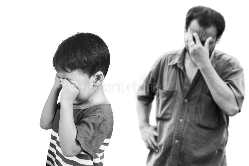Piccolo ragazzo asiatico arrabbiato suo padre fotografia stock libera da diritti