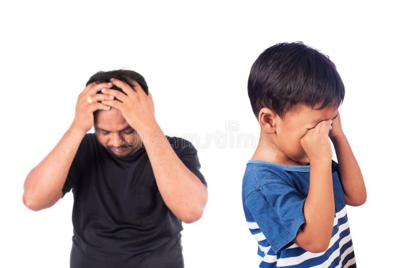 Piccolo ragazzo asiatico arrabbiato suo padre immagine stock libera da diritti