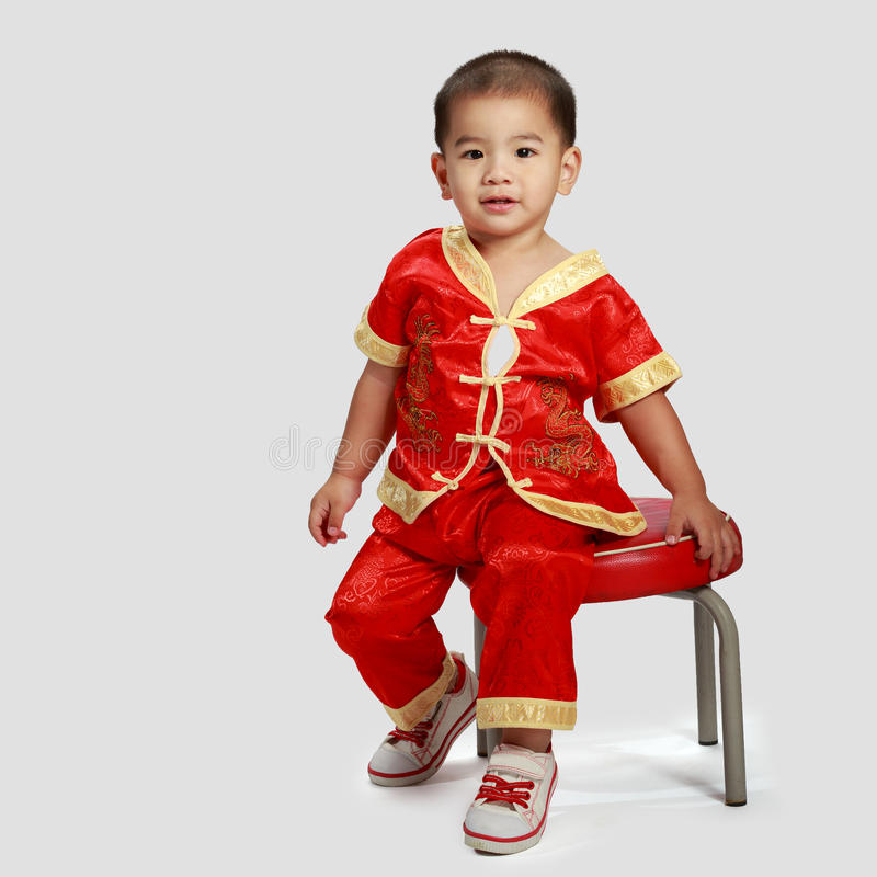 Piccolo ragazzo asiatico in cinese il cheongsam del cinese tradizionale immagini stock