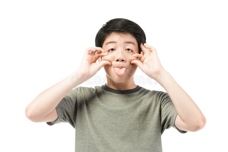Piccolo ragazzo asiatico con capelli neri nella prova sostituta divertente a divertirsi immagini stock libere da diritti
