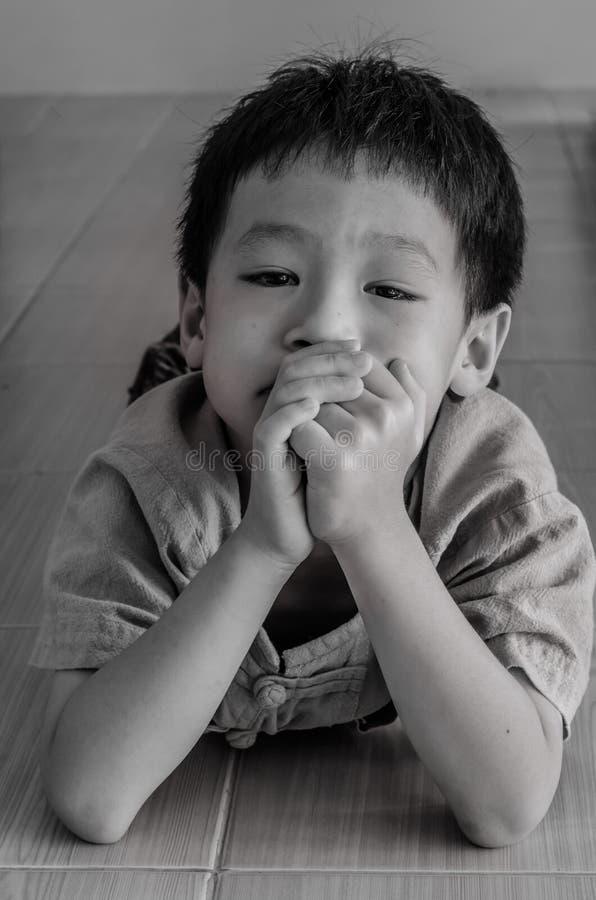 Piccolo ragazzo asiatico triste fotografie stock libere da diritti
