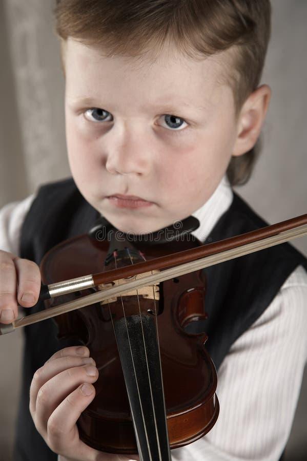 Piccolo ragazzo con un violino immagine stock libera da diritti