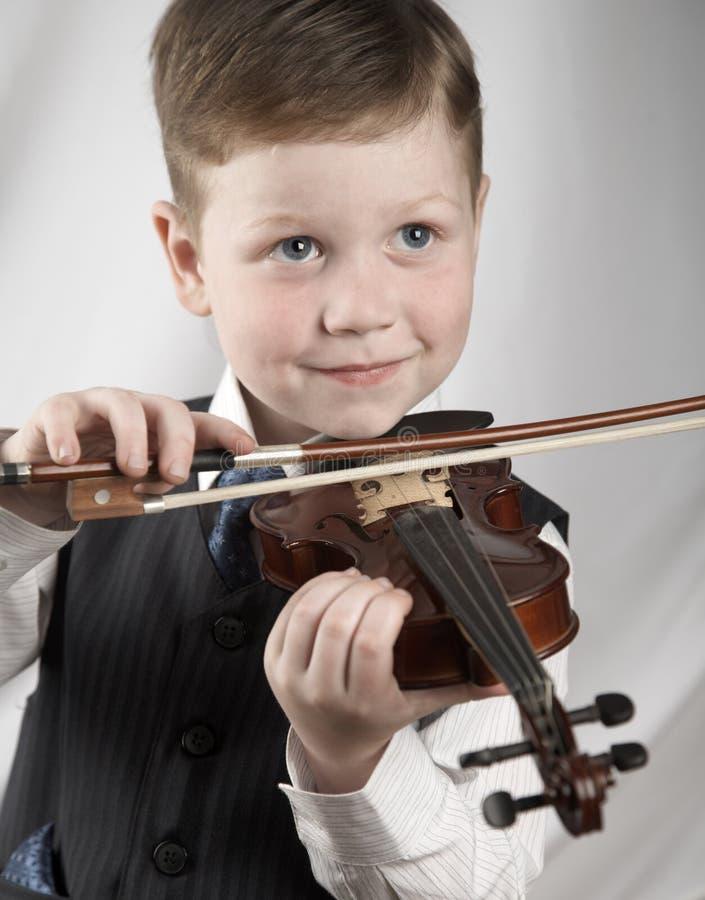 Piccolo ragazzo con un violino fotografia stock libera da diritti