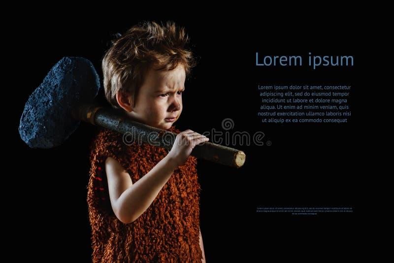 Piccolo ragazzo divertente neandertaliano o Ass.Comm.-Magnon Priorità bassa nera immagine stock libera da diritti