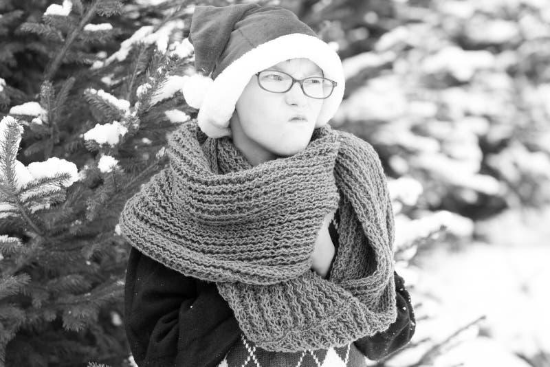 Piccolo ragazzo impertinente di Santa nell'inverno all'aperto immagini stock libere da diritti