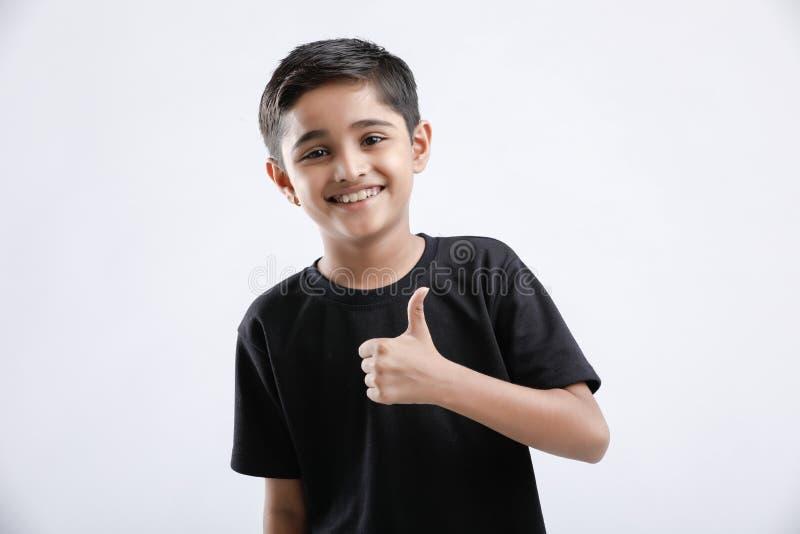piccolo ragazzo indiano/asiatico che mostra i pollici su fotografie stock
