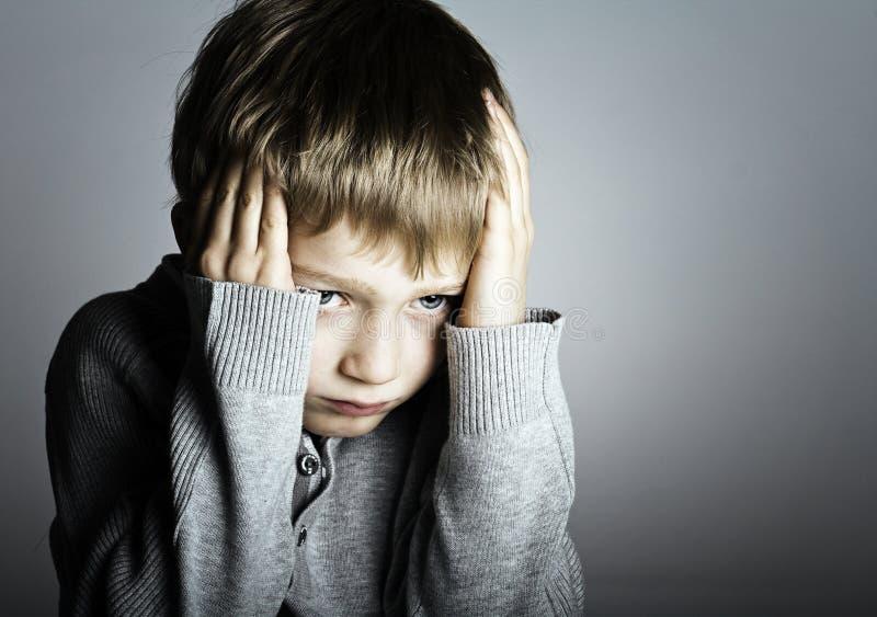 Piccolo ragazzo spaventato fotografia stock libera da diritti