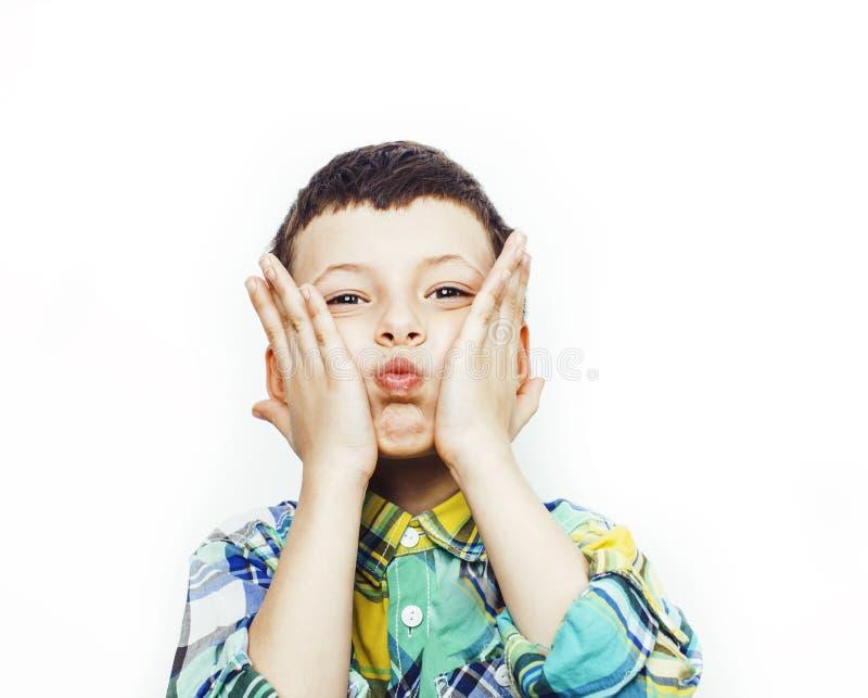 Piccolo ragazzo sveglio sul gesto bianco del fondo che sorride vicino su, concetto della gente di stile di vita fotografia stock libera da diritti