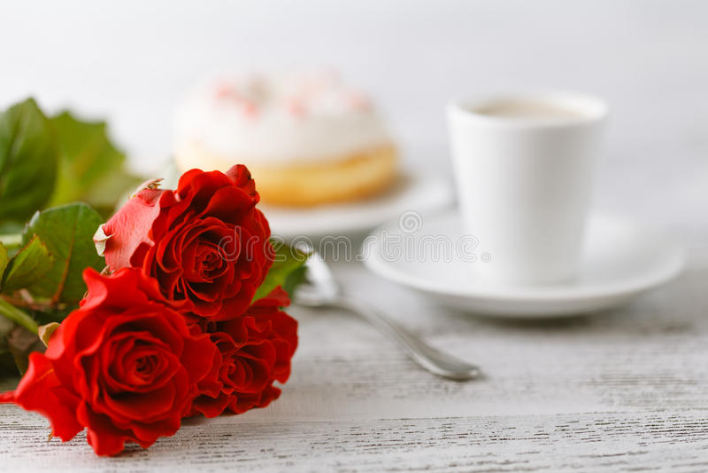 Piccolo regalo della prima colazione dal marito il giorno dei biglietti di S. Valentino fotografie stock libere da diritti