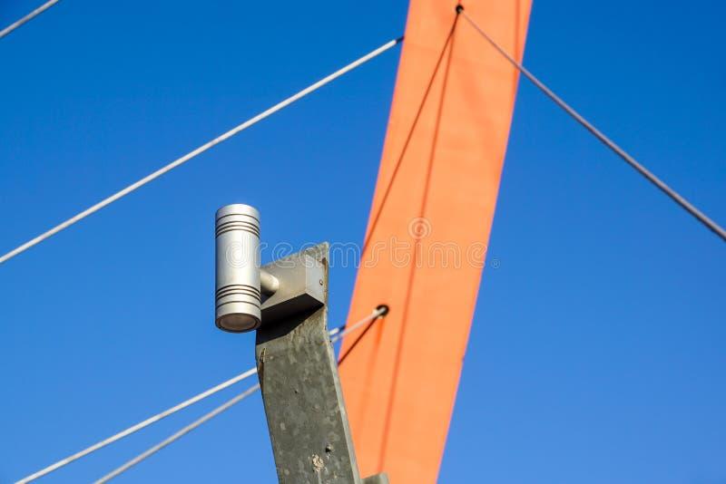 Piccolo riflettore del LED sul ponte del metallo fotografie stock