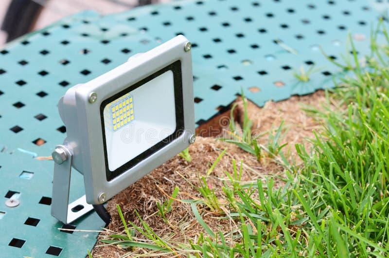 Piccolo riflettore del LED sul primo piano del prato inglese fotografie stock libere da diritti