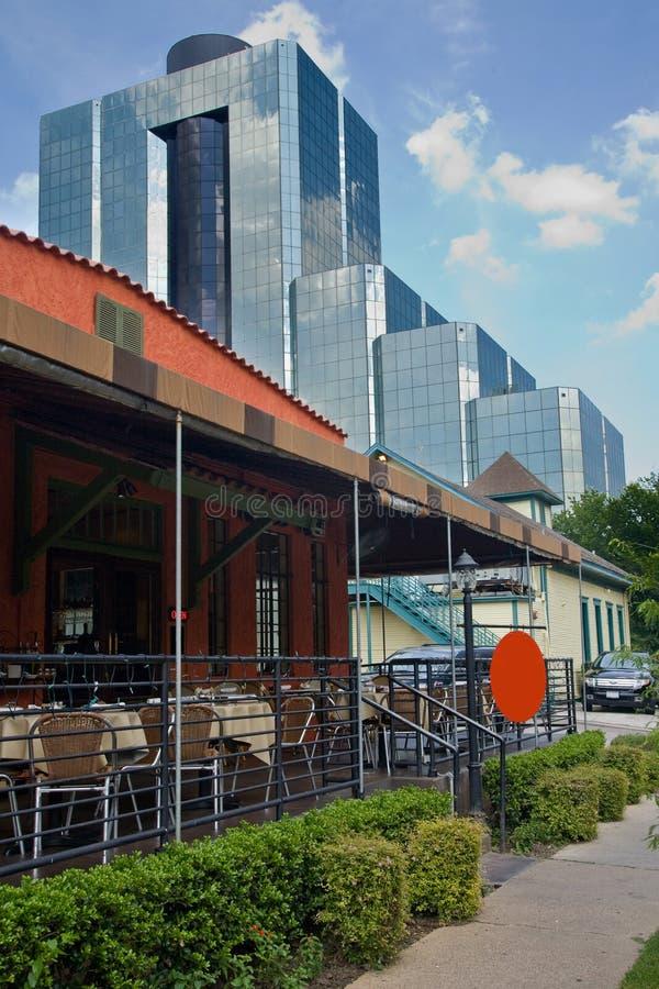 Piccolo ristorante del patio con l'edificio per uffici fotografie stock